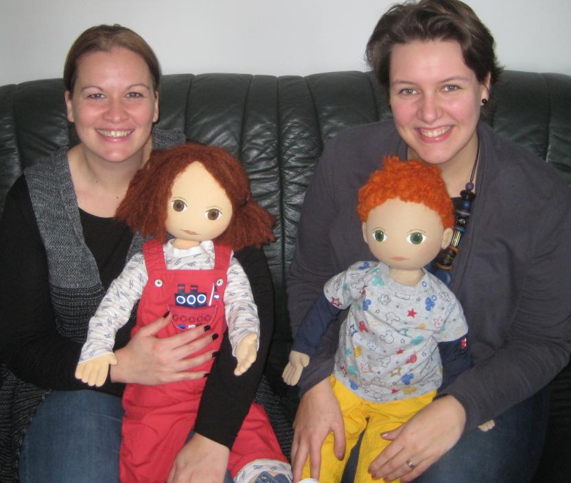 Karin Schoderböck und Marlies Tegel mit den Gesprächspuppen Livia und Milan.